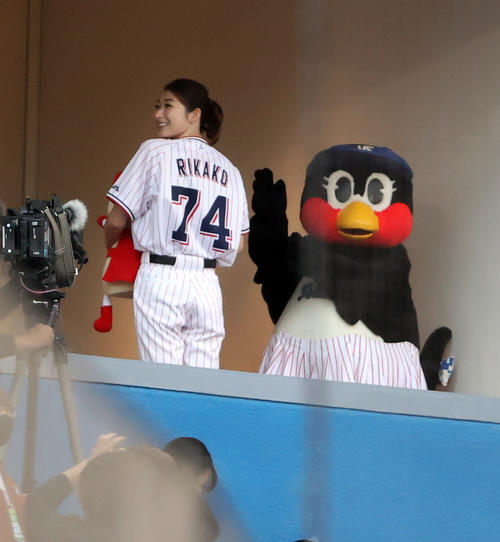 ヤクルト対中日 始球式に登場する池江璃花子は、試合前テレビブースからあいさつ(撮影・浅見桂子)