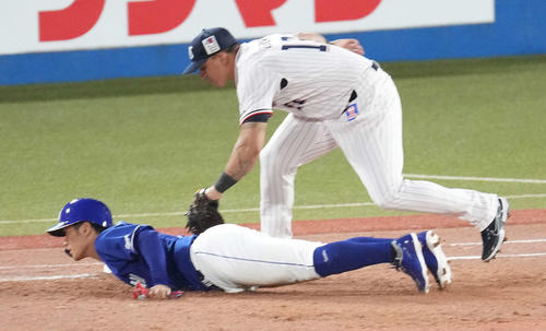 ヤクルト対中日 3回表中日2死一塁、打者加藤翔の時、けん制で一塁に戻れずアウトになる一塁走者京田。一塁手オスナ(撮影・鈴木みどり)