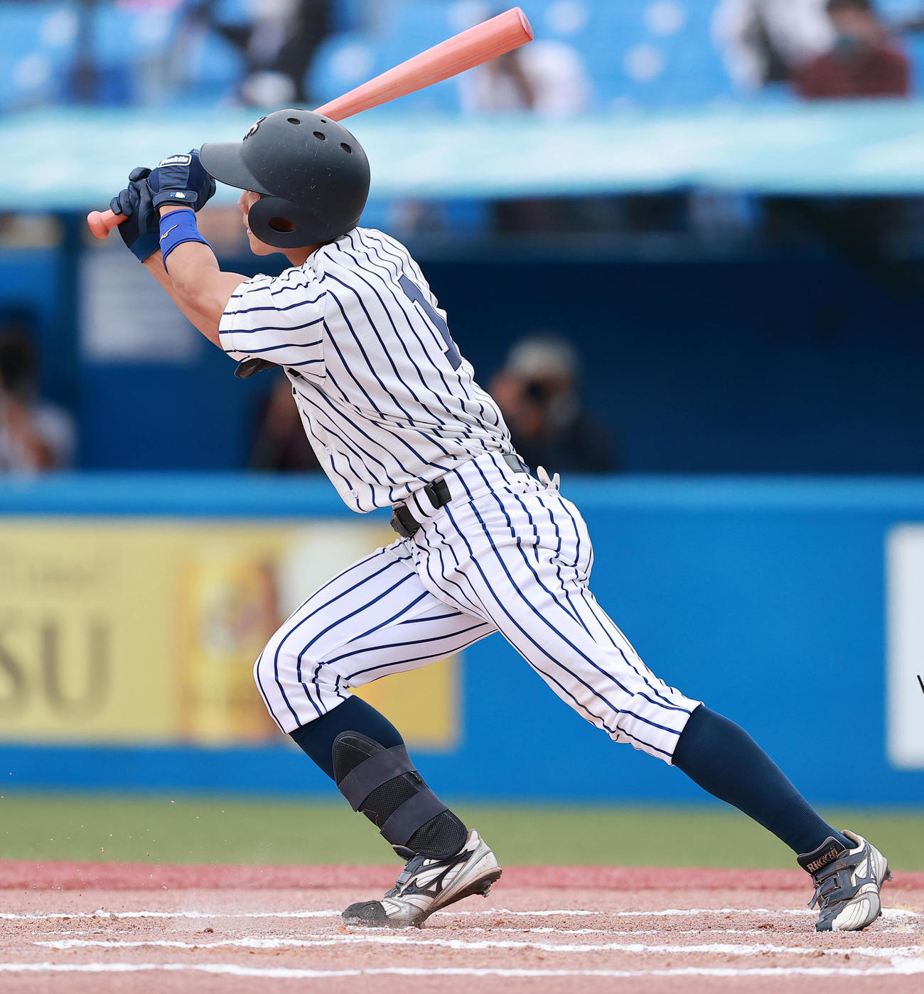立大対東大 6回表立大無死一塁、右越え2点本塁打を放つ道原(撮影・野上伸悟)