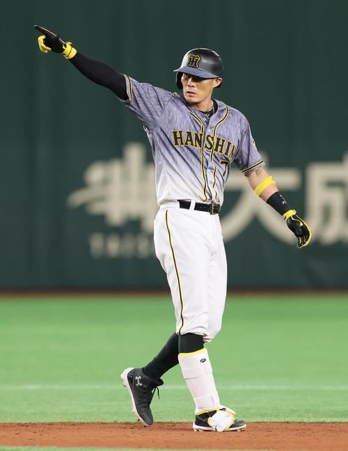 巨人対阪神 5回表阪神2死満塁、走者一掃の適時二塁打を放ちベンチを指さす糸井(撮影・足立雅史)