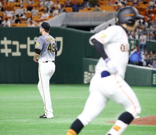 巨人対阪神 6回裏巨人2死、ガンケルは松原に右越え本塁打を被弾(撮影・加藤哉)