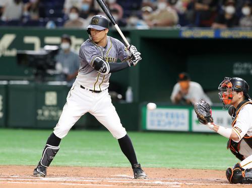巨人対阪神 2回表阪神無死一塁、佐藤輝は四球を選ぶ(撮影・加藤哉)