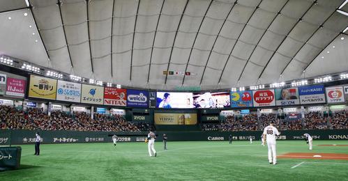 巨人対阪神 4回裏、守備位置に就いた大山(右)は左翼スタンドのファンに向かって一礼(撮影・加藤哉)