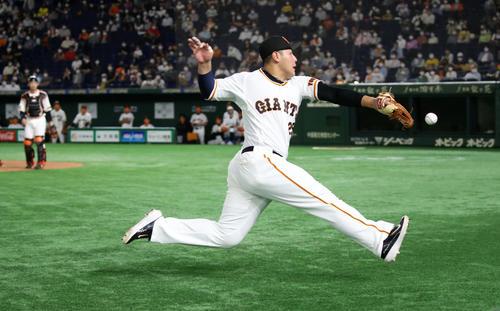 巨人対阪神 5回表阪神1死、岡本は中野の邪飛を追ってグラブを伸ばすが捕球できず(撮影・加藤哉)