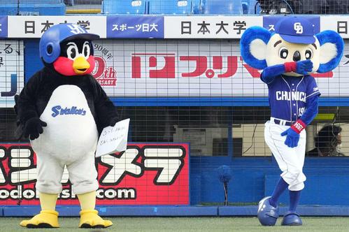 ヤクルト対中日 球場を盛り上げるつば九郎(左)とドアラ(撮影・鈴木みどり)
