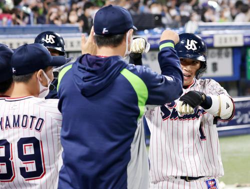 ヤクルト対中日 3回裏ヤクルト無死満塁、山田は左越えに満塁本塁打を放ち、ナインとポーズでハイタッチ(撮影・浅見桂子)