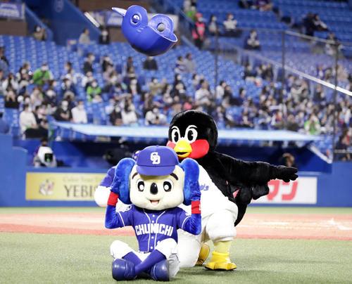 ヤクルト対中日 5回表終了後、ドアラと空中くるりんぱに挑戦したつば九郎だが惜しくもならず(撮影・浅見桂子)