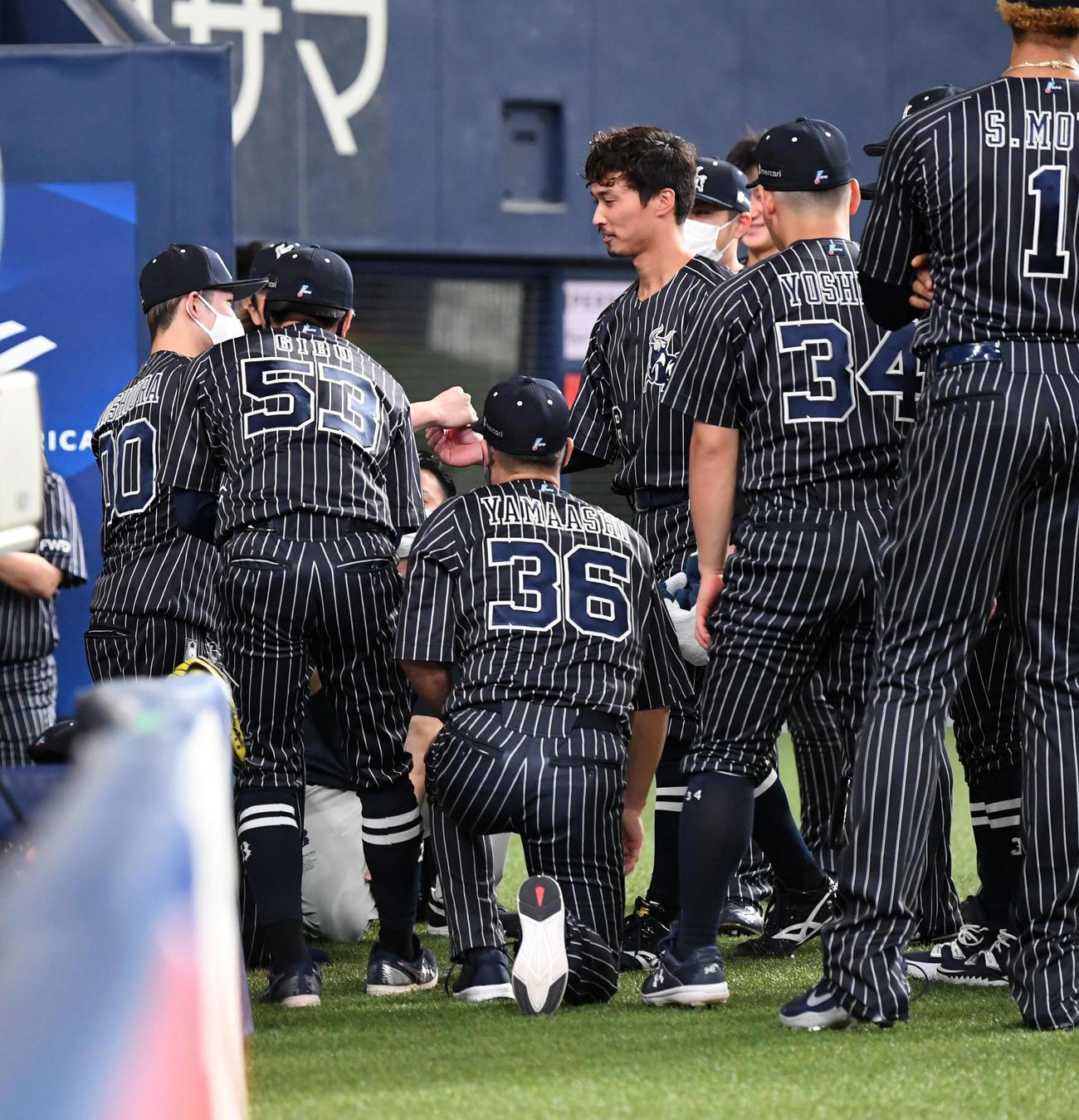 オリックス対楽天 試合前の円陣で西浦(左)がナインを鼓舞(撮影・前岡正明)