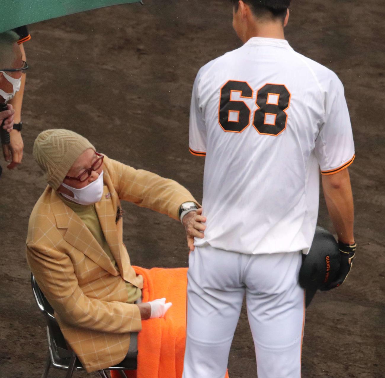 ジャイアンツ球場にサプライズ訪問した巨人長嶋終身名誉監督(左)は左手で秋広(右)にタッチ(2021年6月6日撮影)
