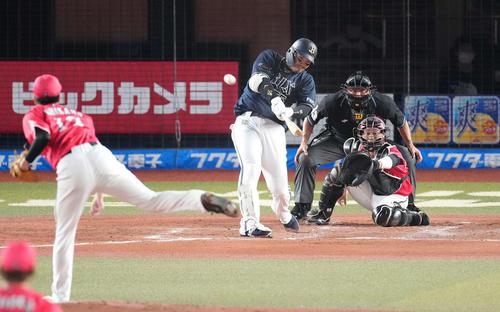ロッテ対オリックス 4回表オリックス2死一、三塁、右越えにプロ通算200号本塁打となる3点本塁打を放つT-岡田。投手石川(撮影・鈴木みどり)