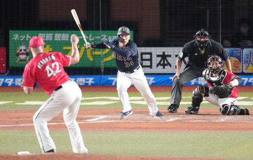 ロッテ対オリックス 7回表オリックス2死三塁、左前適時打を放つ吉田正。投手ハーマン(撮影・鈴木みどり)