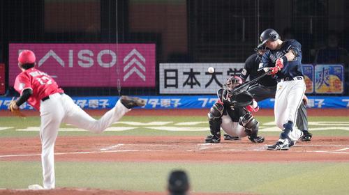 ロッテ対オリックス 3回表オリックス1死、中二塁打を放つ伏見。投手石川(撮影・鈴木みどり)