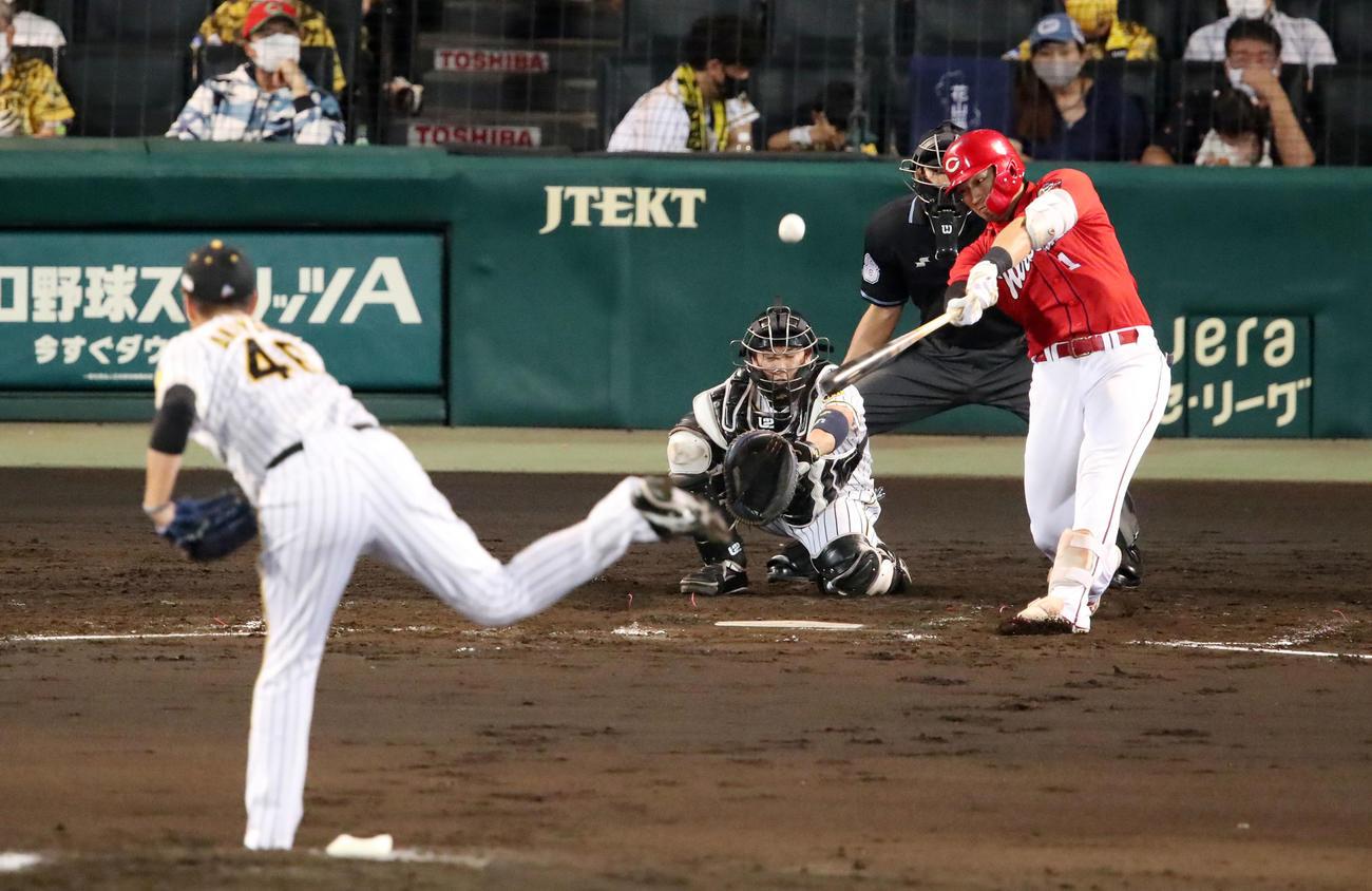 阪神対広島 4回表広島1死、鈴木は中越え本塁打を放つ。投手は秋山(撮影・加藤哉)