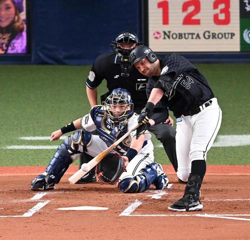 オリックス対ロッテ 1回表ロッテ1死一、二塁、レアードは先制に左適時二塁打を放つ(撮影・前岡正明)