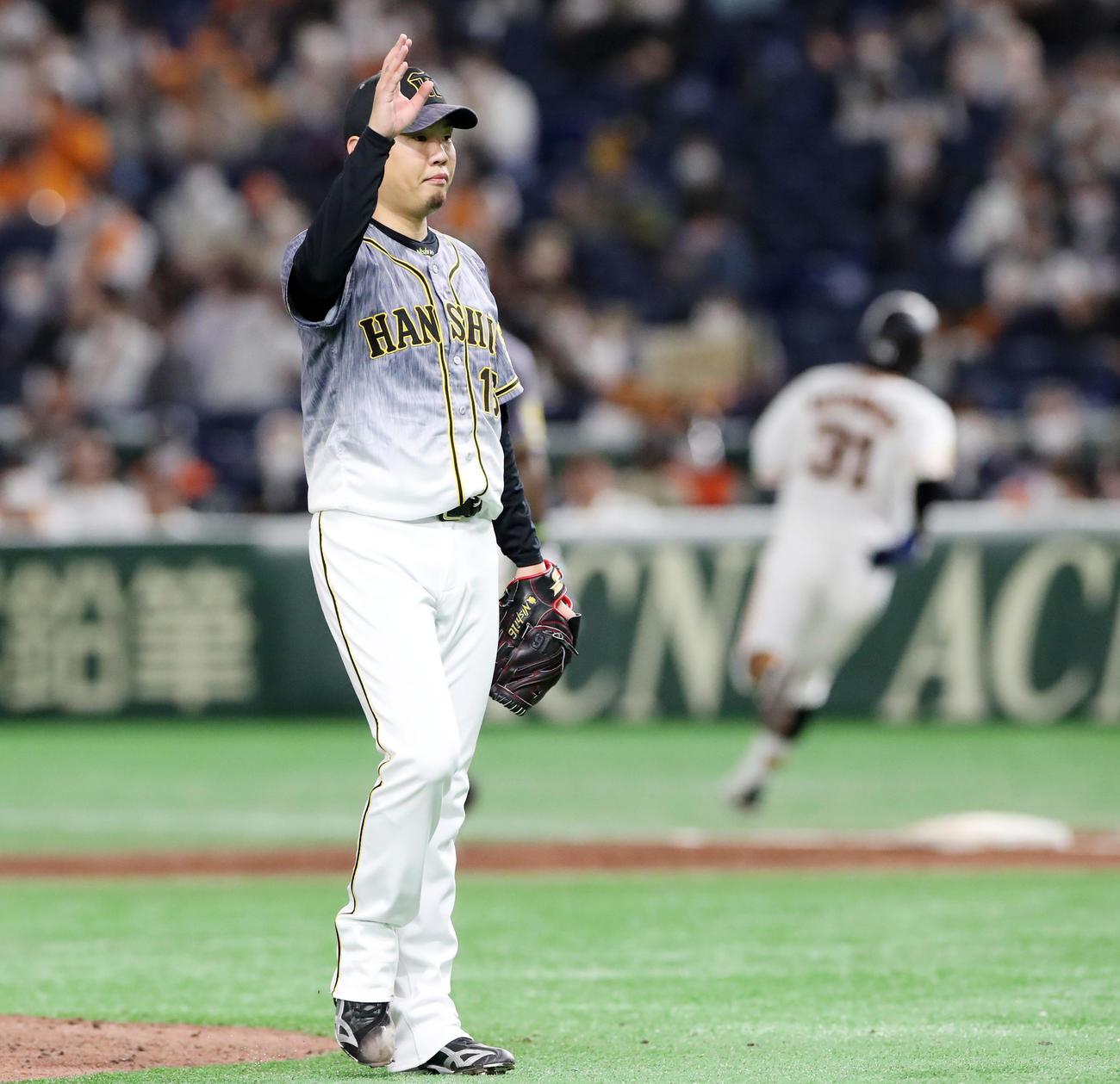 巨人対阪神 2回裏、西勇は松原を二ゴロに打ち取った直後、自らベンチへ手を挙げて降板する(撮影・加藤哉)