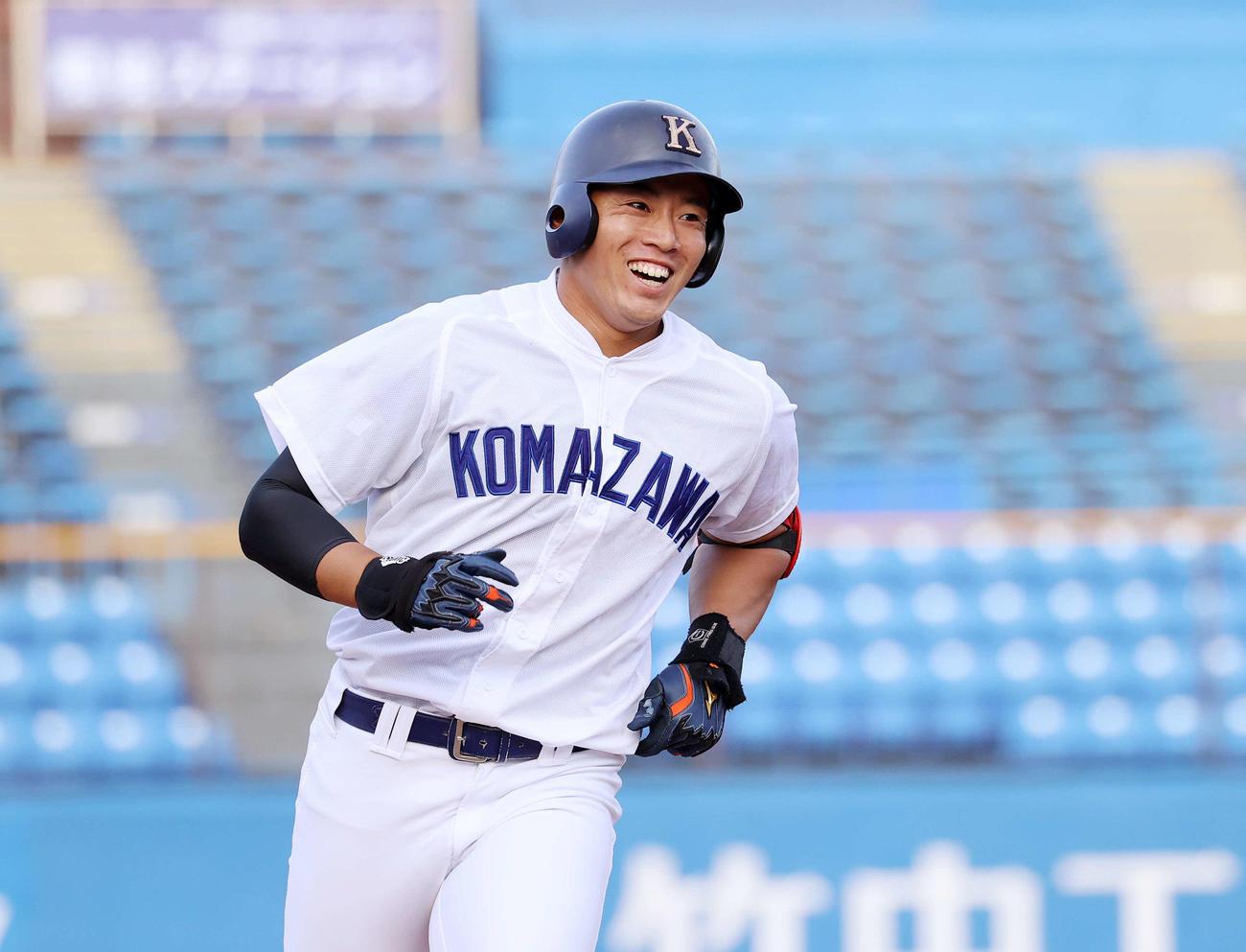 青学大対駒大 7回裏駒大2死二塁、鵜飼は左越え本塁打を放ち笑顔を見せる(撮影・鈴木正人)
