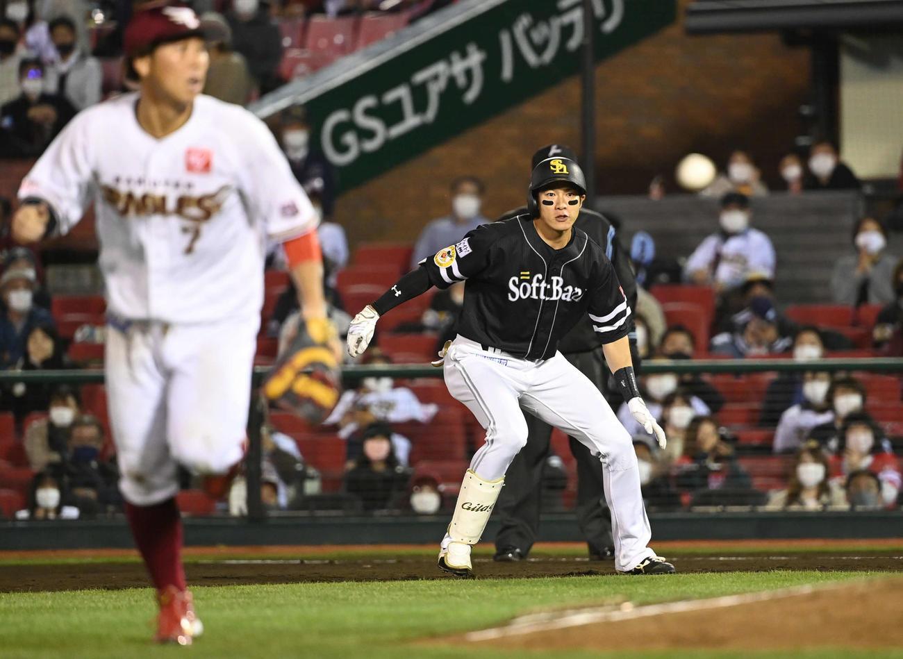 楽天対ソフトバンク 8回表ソフトバンク2死満塁、2点適時打を放った柳田は中継ミスを確認して二塁へ向かう。手前は一塁手鈴木大(撮影・山崎安昭)