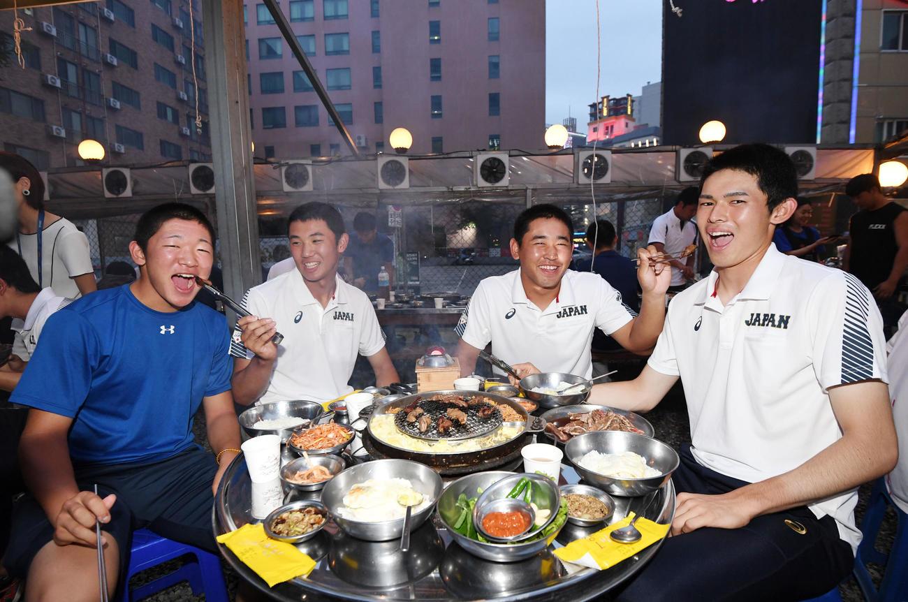 19年9月、U18W杯スーパーラウンドの決起集会で笑顔を見せる、左から飯塚、奥川、宮城、佐々木