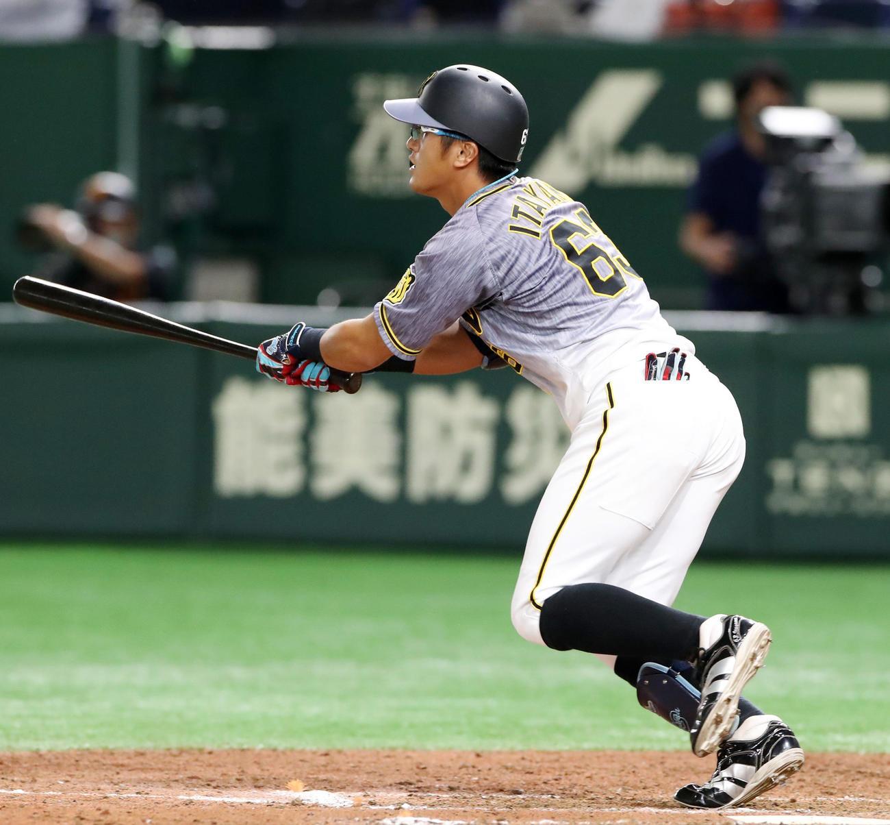 巨人対阪神 9回表阪神2死一、二塁、板山は右越え適時二塁打を放つ(撮影・加藤哉)