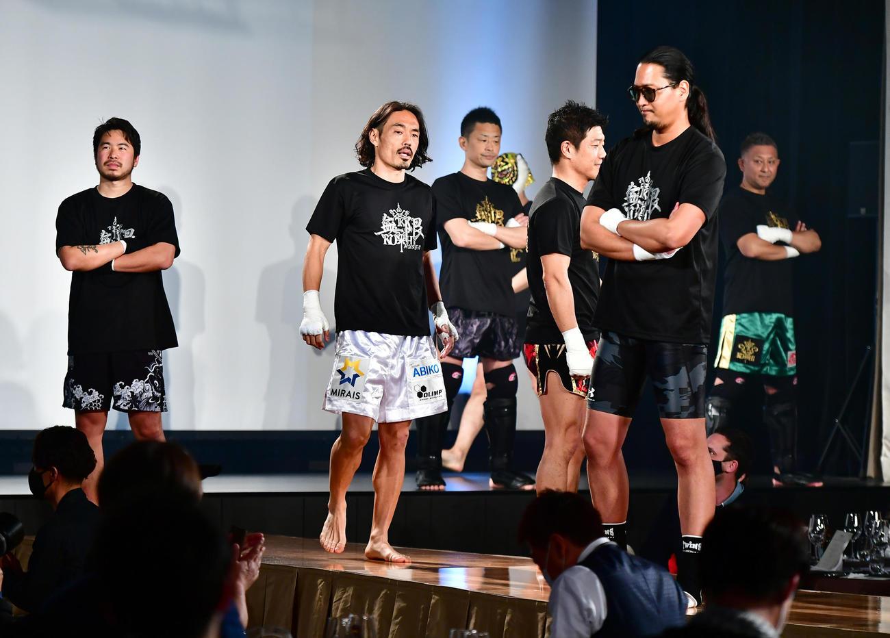 21年4月16日、格闘家デビュー戦でオープニングセレモニーに臨んだ安彦考真(中央)