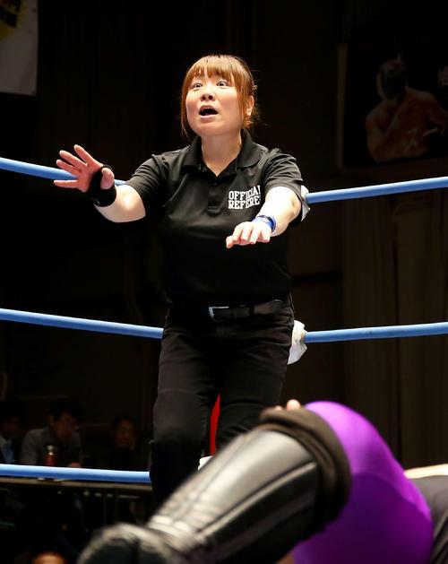 6月、全日本プロレス後楽園ホール大会で選手のかけ技に驚きの表情を浮かべる女性レフェリー李日韓