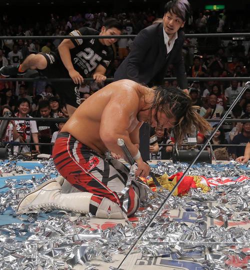 15年8月、新日本プロレスG1クライマックス25 棚橋弘至はG1優勝旗を折ってしまいうなだれる