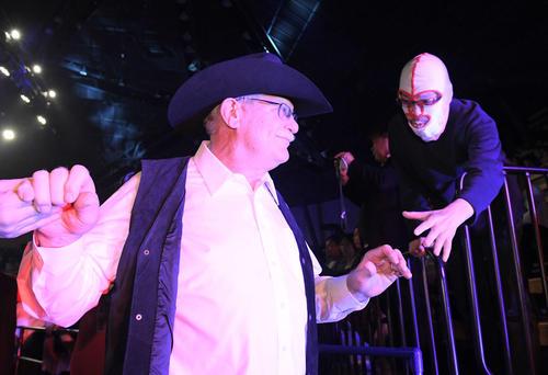 ザ・デストロイヤー氏の追悼セレモニーを終え、マスク姿の観客と握手をするスタン・ハンセン氏(撮影・加藤諒)