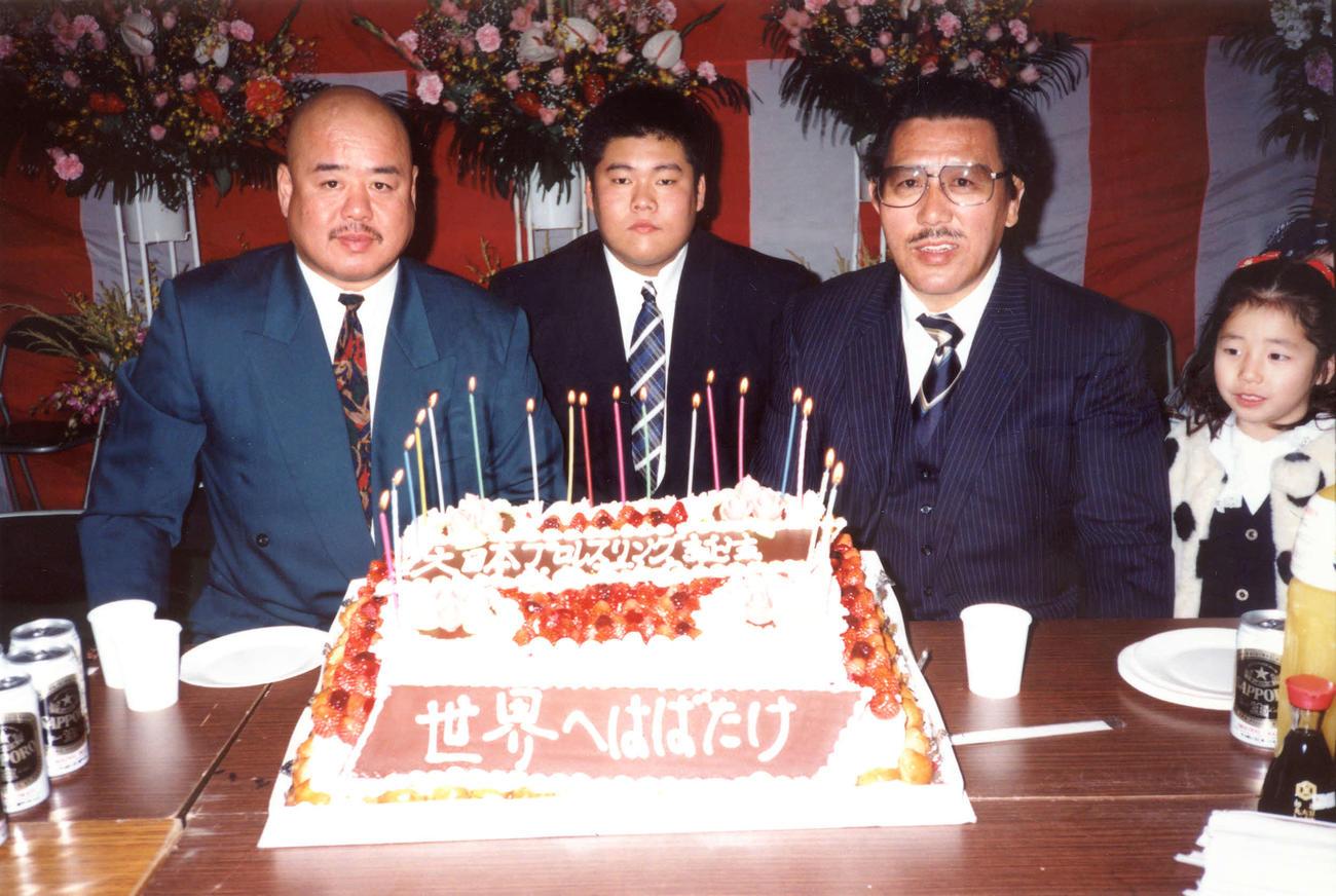 94年12月、大日本プロレス道場開きで写真に納まるケンドー・ナガサキさん(左端)。中央は谷口裕一、右はグレート小鹿
