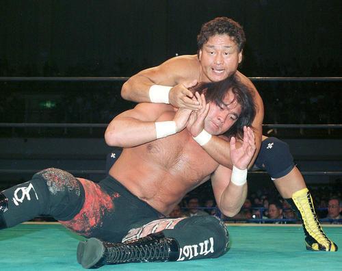 武藤敬司をスリーパーで攻める天龍源一郎。49歳10カ月は最年長戴冠(1999年5月3日)