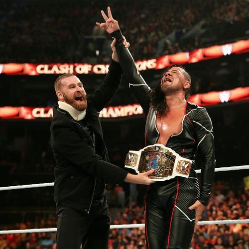セコンドにゼイン(左)を入れ、インターコンチネンタル王座の防衛に成功する同王者中邑(C)2019 WWE, Inc. All Rights Reserved