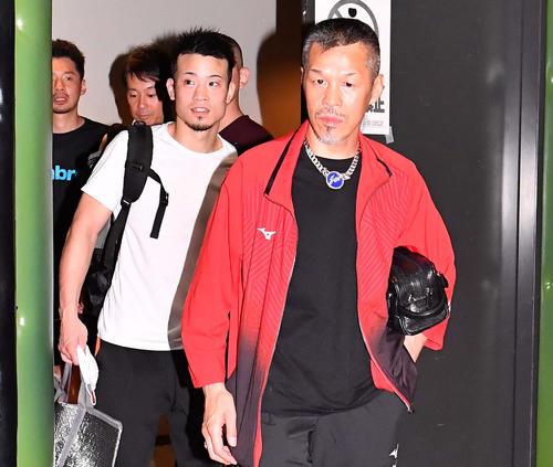 7月26日、勝利した辰吉寿以輝(左)と引き揚げる父の辰吉丈一郎(撮影・上田博志)