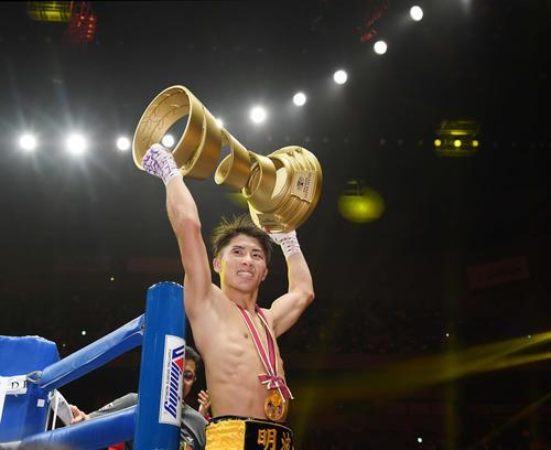 2019年11月7日、ドネアに勝利しアリ・トロフィーを掲げる井上尚弥(撮影・鈴木みどり)
