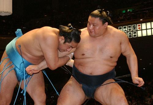 03年初場所8日目、安美錦(左)は、立ち合いで貴乃花の右腕を取り、送り出しで破る