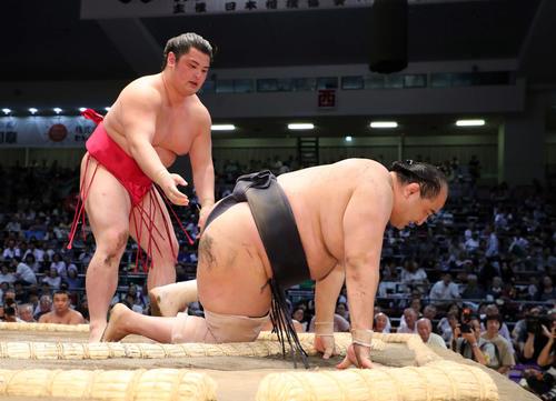 19年名古屋場所2日目、竜虎(左)との取組で右膝を痛めた安美錦。最後の取組となった