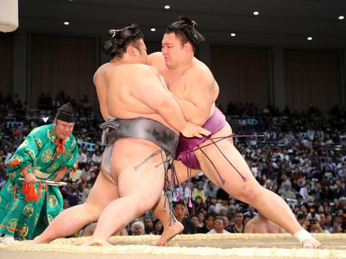 貴景勝(左)を激しく攻める朝乃山(2019年11月11日)
