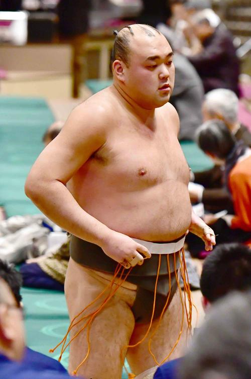 初場所の一番相撲で黒星を喫し花道を引き揚げる巨東(撮影・小沢裕)
