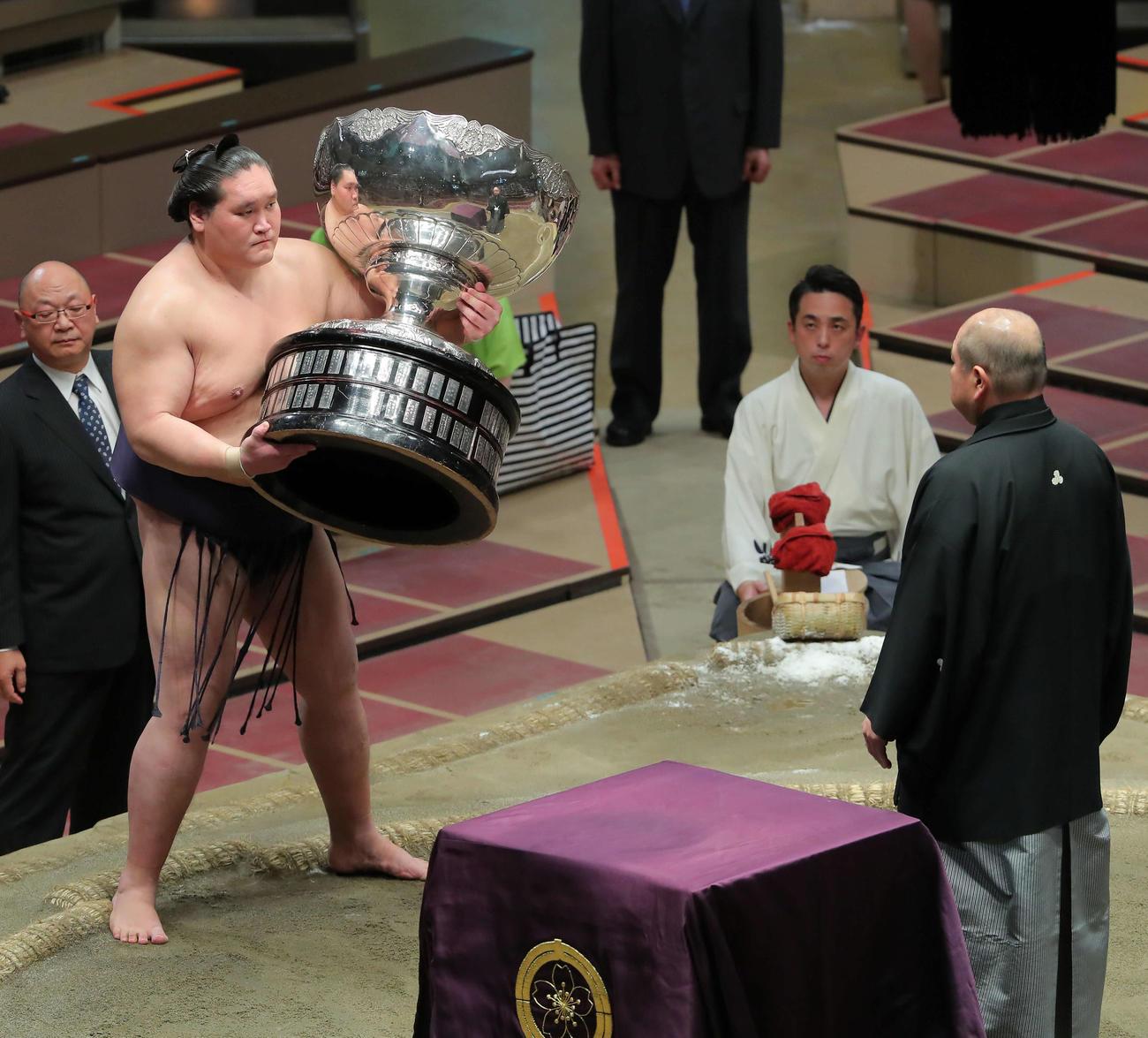 幕尻優勝し内閣総理大臣杯をを手にする照ノ富士(2020年8月2日撮影)