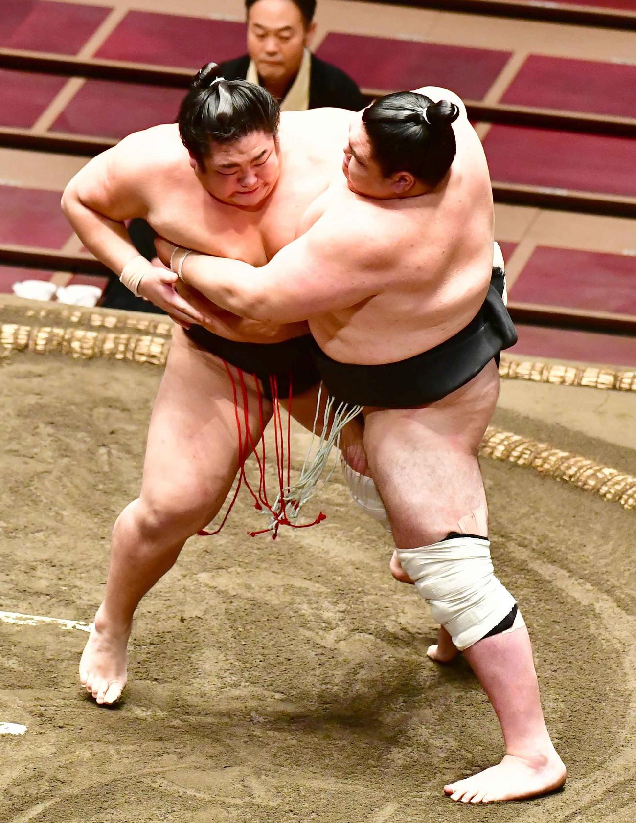 王輝(左)は寄り切りで矢後を下す(撮影・小沢裕)