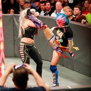 場外でブルック(左)に回し蹴りを決めるアスカ(C)2017 WWE, Inc. All Rights Reserved