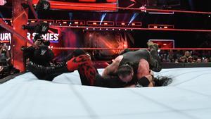ストローマン(上)がケインにランニングパワースラムを仕掛け、そのままマットを突き破って落下 コピーライト 2017 WWE, Inc. All Rights Reserved
