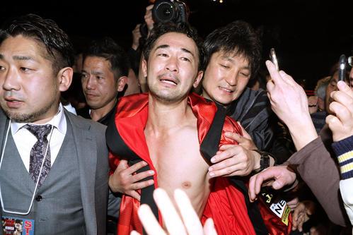 2回、ネリにTKO負けし、号泣しながらリングを去る山中(中央)(撮影・狩俣裕三)