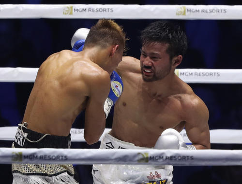 6回、ロサレス(左)に強烈な右フックを食らわす比嘉(撮影・狩俣裕三)