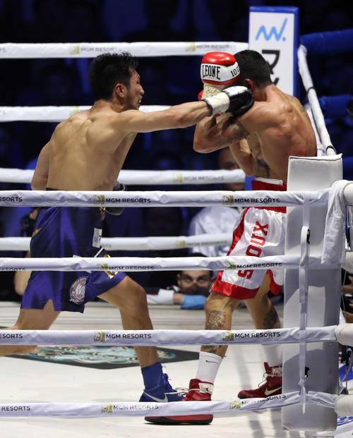 8回、ブランダムラ(右)を右フックでダウンを奪い、TKO勝ちする村田(撮影・狩俣裕三)