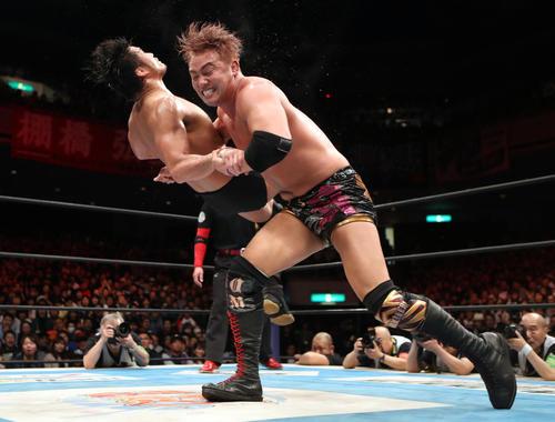 9日、オカダ(右)にレインメーカーを決められる柴田