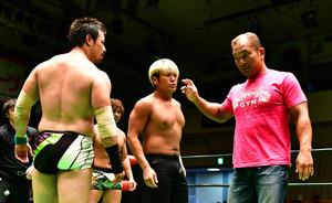試合後のリングで拳王(中央)に詰め寄るゼロワンの田中。左は潮崎(撮影・小沢裕)