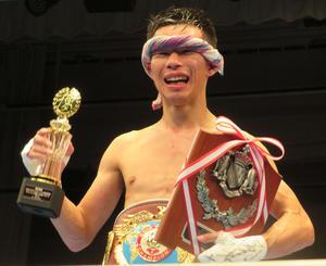 両目周囲をカットしながらも、WBOアジア・パシフィックスーパーフライ級王座を獲得した船井龍一