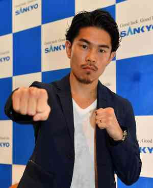 米国での復帰戦を発表した井岡はファイティングポーズをとる(撮影・柴田隆二)