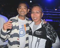 快勝を見届け、笑顔の井岡ジム・井岡一法会長(左)と同ジムの坂本基歳マネジャー(撮影・加藤裕一)