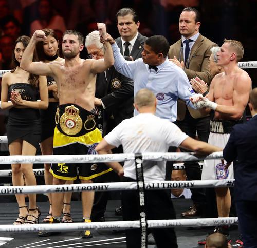 12回、ドロヤノフスキー(右)を判定の末に破り、ガッツポーズするレリク(撮影・浅見桂子)