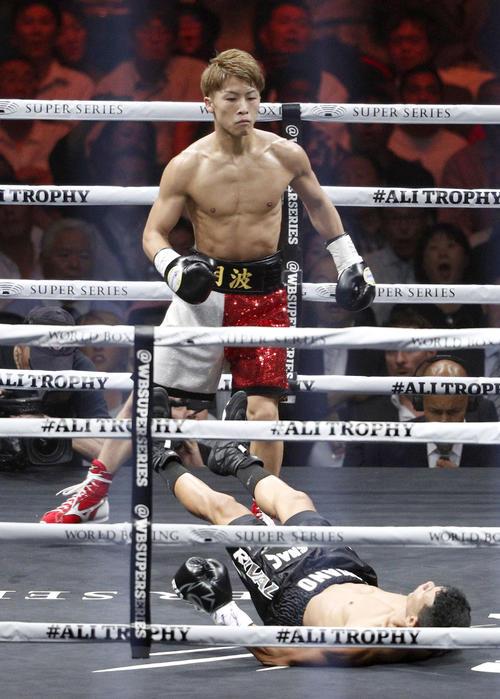 WBAバンタム級世界戦の1回、フアンカルロス・パヤノ(下)を倒した井上尚弥。KO勝ちで初防衛に成功した(共同)